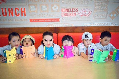 Yến Trang cùng học trò dạo phố lồng đèn - 6