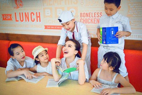 Yến Trang cùng học trò dạo phố lồng đèn - 8