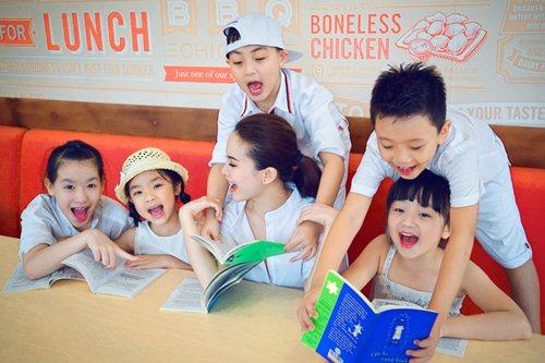 Yến Trang cùng học trò dạo phố lồng đèn - 9