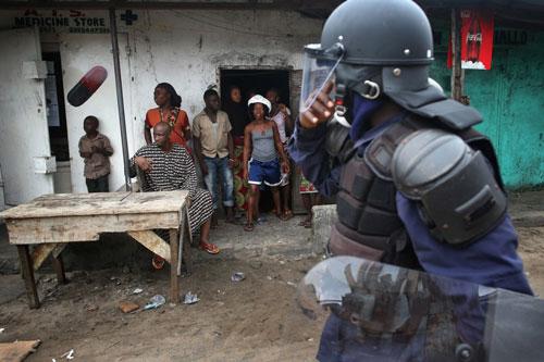 Bị cách ly vì Ebola, dân Liberia nổi loạn - 3