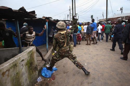 Bị cách ly vì Ebola, dân Liberia nổi loạn - 4