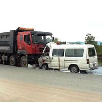 Xe cứu thương đấu đầu xe tải, 5 người thương vong
