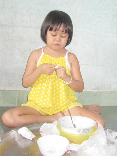 Cô gái xinh đẹp 19 tuổi trong hình hài đứa trẻ lên 3