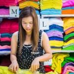 """Thời trang - Nghịch lý """"thượng đế"""" nơm nớp sợ chủ hàng ở chợ Việt"""