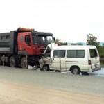 Tin tức trong ngày - Xe cứu thương đấu đầu xe tải, 5 người thương vong