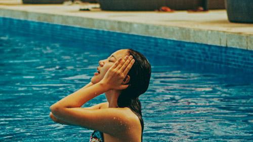 Văn Mai Hương gợi cảm với bikini trên biển - 5