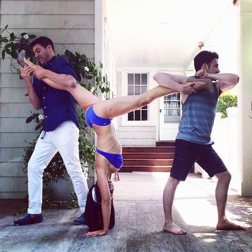 Kỳ lạ người đẹp tập yoga ở mọi lúc mọi nơi - 2