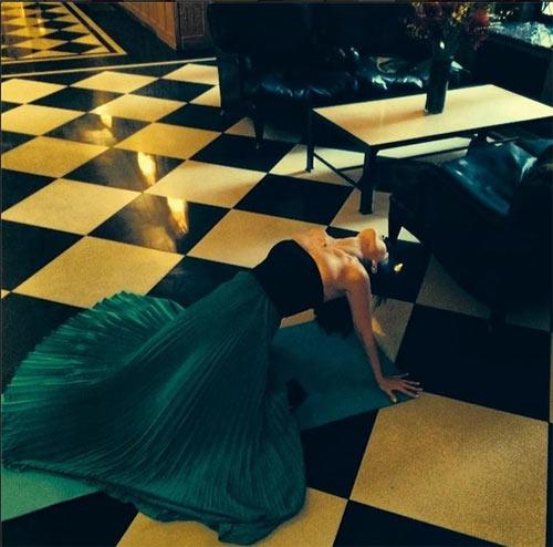 Kỳ lạ người đẹp tập yoga ở mọi lúc mọi nơi - 12
