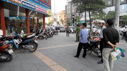 HN: Nam thanh niên bị đâm gục giữa phố - 1