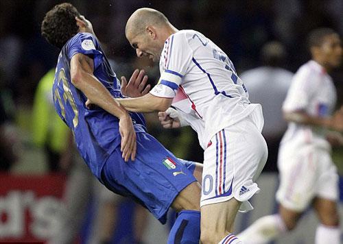 Materazzi thách Zidane dội nước đá - 1