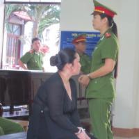 Hoãn phiên toà xét xử vợ nguyên bí thư xã đốt xác