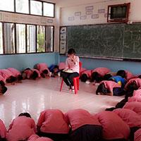 Học sinh quỳ lạy xin cô giáo đừng về Việt Nam