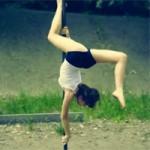 Cô gái đưa múa cột vào thể dục đường phố