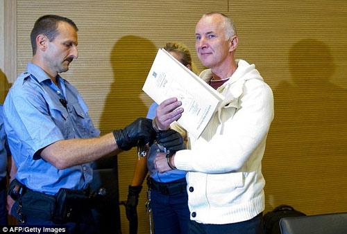 Đức xét xử cảnh sát sát nhân thích ăn thịt người - 1