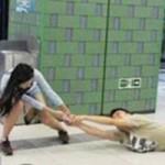 Phi thường - kỳ quặc - Đôi nam nữ giằng nhau iPhone náo loạn ga tàu