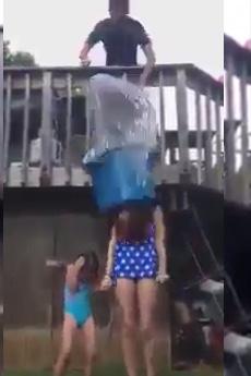 Cô gái gãy cổ tử vong vì trò dội nước đá lên đầu