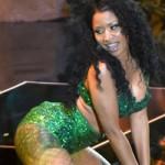 """Nicki Minaj  """" quên kéo khóa váy """"  trên sân khấu MTV"""