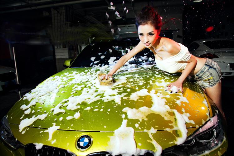 Mỹ nữ cuốn hút khi rửa xe - 1