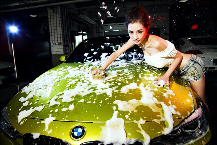 Mỹ nữ cuốn hút khi rửa xe - 12