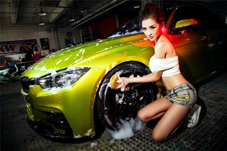Mỹ nữ cuốn hút khi rửa xe - 15