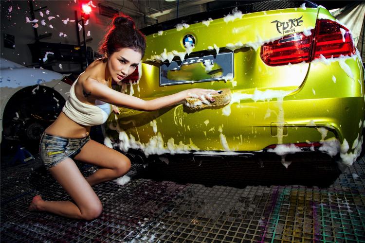 Mỹ nữ cuốn hút khi rửa xe - 17
