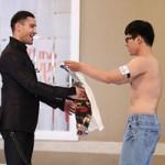 Thời trang - Thí sinh cởi áo tặng giám khảo Adam Williams
