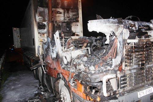 Xe container cháy dữ dội trên đường dẫn cao tốc - 1