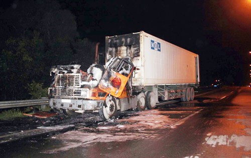 Xe container cháy dữ dội trên đường dẫn cao tốc - 2