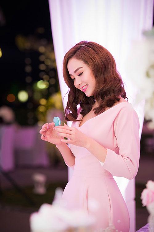 Minh Hằng xinh đẹp ngọt ngào tại Hà Nội - 7