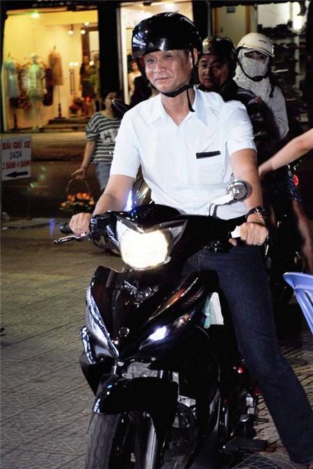 Sao Việt đi chấm thi: Người ngồi xế sang, kẻ đi xe máy - 17