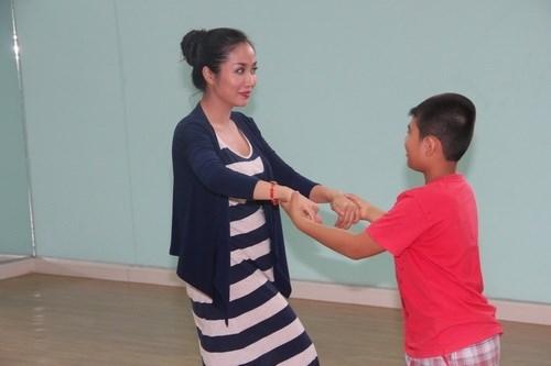 Ốc Thanh Vân vác bụng bầu 4 tháng đi dạy nhảy - 9