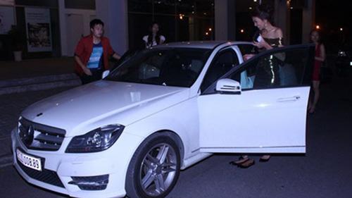 Thanh Hằng mở cửa xe hơi gây tai nạn - 2