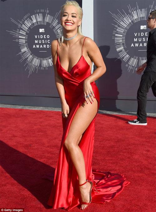 Rita Ora ồn ào với váy hở bạo & móng tay 1.2 tỉ đồng - 4