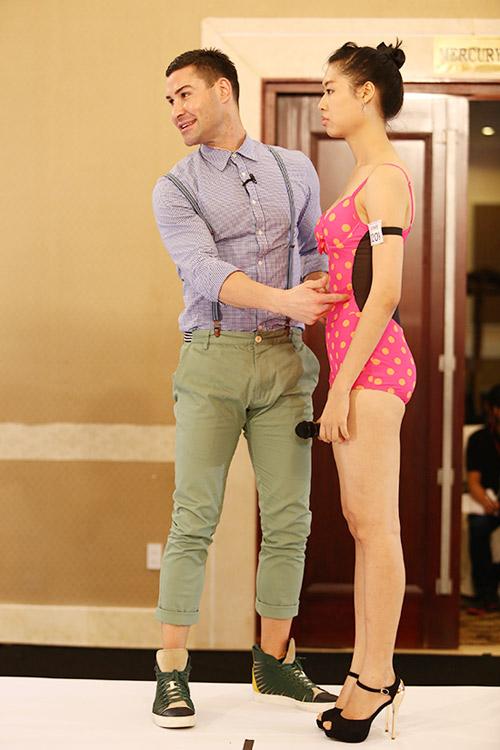 """Nữ thí sinh diện bikini """"tình tứ"""" với giám khảo VNTM - 4"""