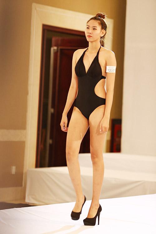 """Nữ thí sinh diện bikini """"tình tứ"""" với giám khảo VNTM - 14"""