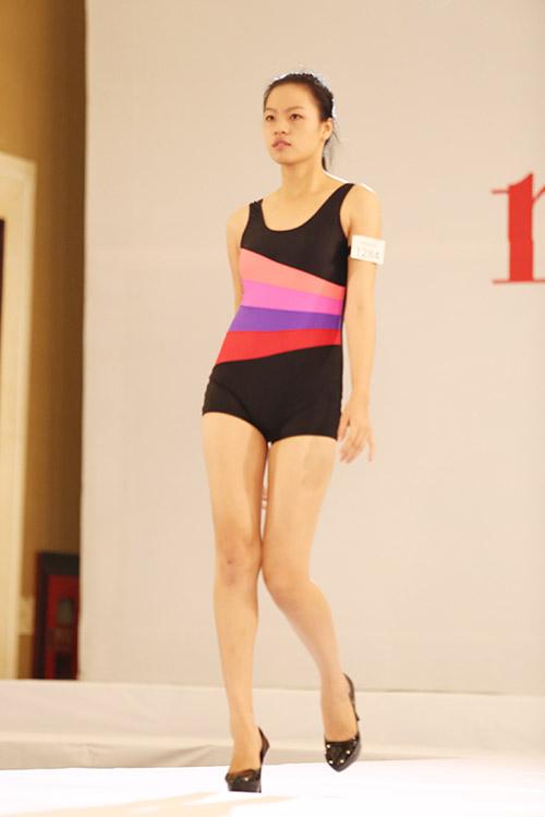 """Nữ thí sinh diện bikini """"tình tứ"""" với giám khảo VNTM - 17"""