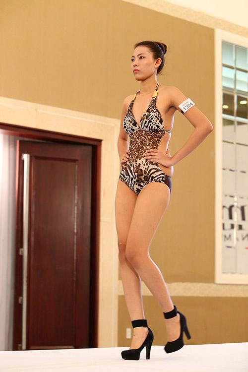"""Nữ thí sinh diện bikini """"tình tứ"""" với giám khảo VNTM - 19"""