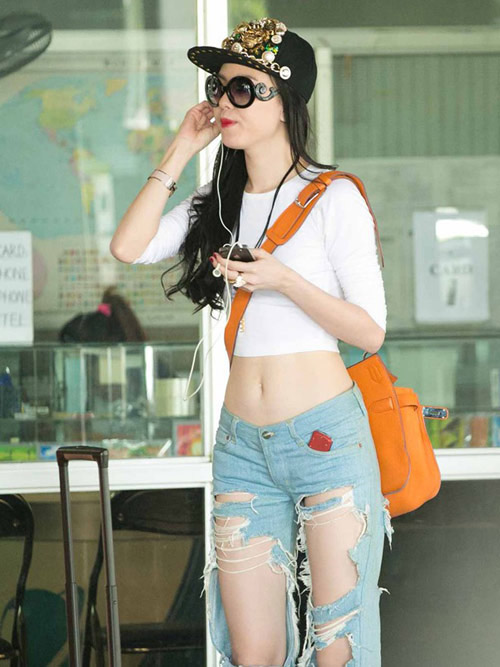 Jeans rách mảng lớn khó mặc vẫn hút sao Việt - 2
