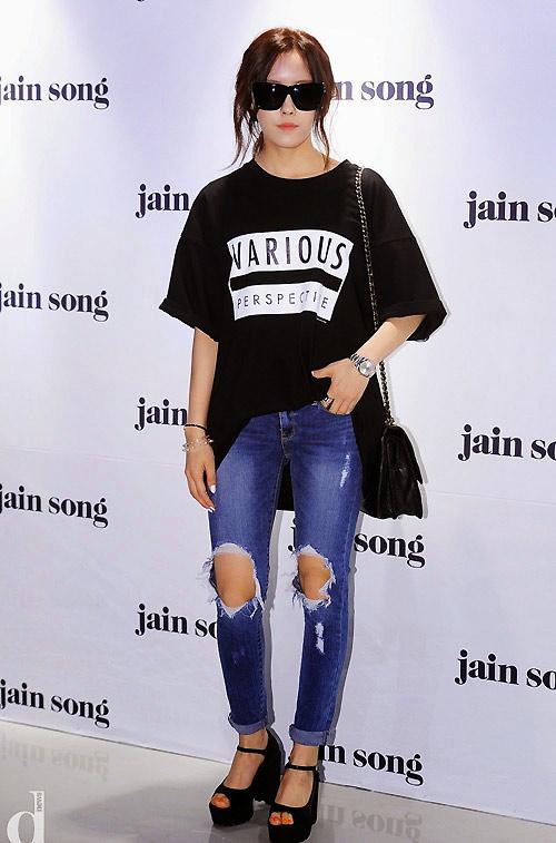Jeans rách mảng lớn khó mặc vẫn hút sao Việt - 5