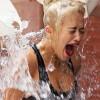 Dội nước đá lên đầu: Từ thiện hay a dua?