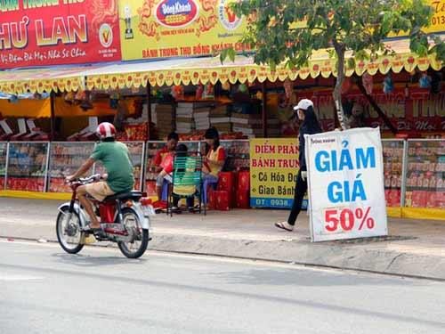 Cửa hàng ế ẩm, bánh trung thu hạ giá sớm - 4