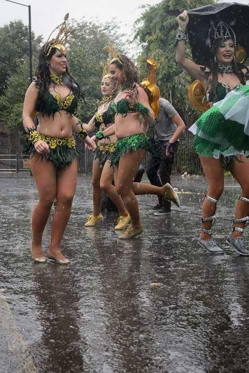 Lễ hội của thời trang và da thịt sôi động tại Anh - 11