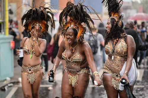 Lễ hội của thời trang và da thịt sôi động tại Anh - 4