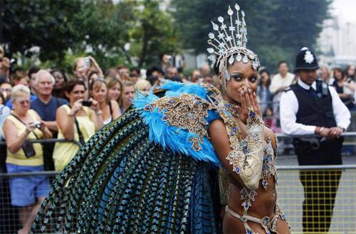 Lễ hội của thời trang và da thịt sôi động tại Anh - 15