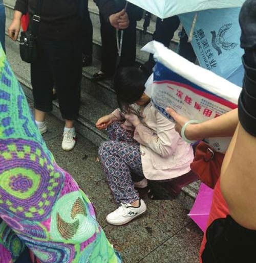 TQ: 20 người che chở sản phụ sinh con giữa cầu - 1