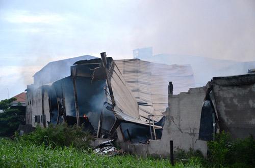 Cháy xưởng gỗ, lính cứu hỏa thức trắng đêm dập lửa - 1