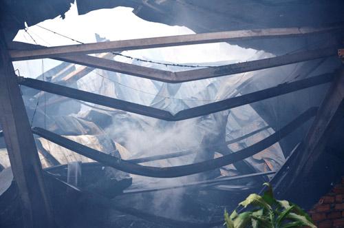 Cháy xưởng gỗ, lính cứu hỏa thức trắng đêm dập lửa - 2