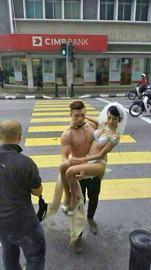Ra hầu tòa vì chụp ảnh cưới bán nude giữa phố - 2