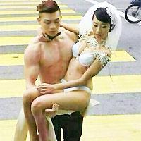 Ra hầu tòa vì chụp ảnh cưới bán nude giữa phố