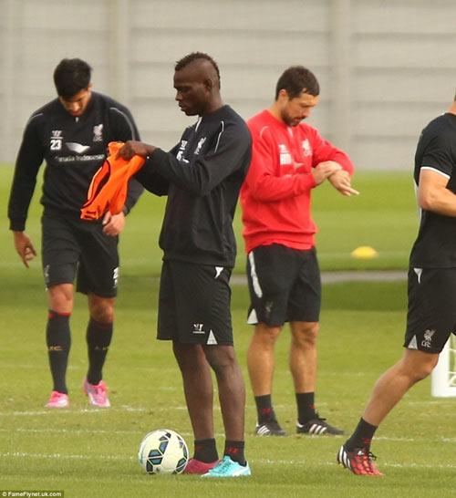 Balotelli lại vật vã mặc áo bib trên sân tập Liverpool - 1